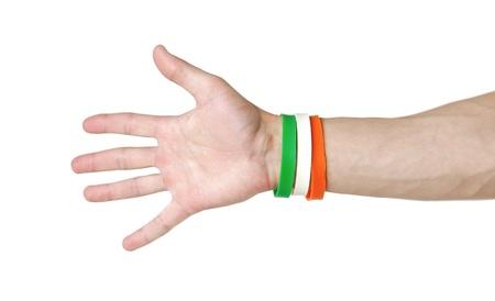 Pulseras de goma de colores en el brazo. De cerca. Aislado sobre fondo blanco.