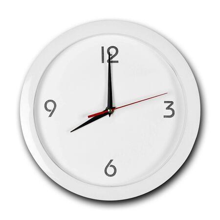 Grande orologio da parete rotondo bianco con cornice bianca. Le lancette indicano le 8. Avvicinamento. Isolato su sfondo bianco.