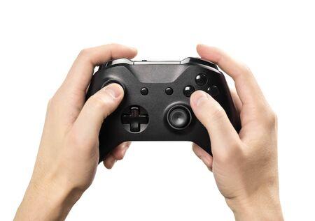 Hände, die ein schwarzes Gamepad zum Spielen von Computerspielen halten. Isoliert auf weißem Hintergrund. Nahaufnahme.