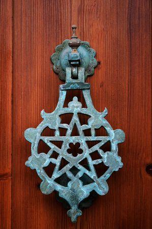 pentacle: Pentacle battente su una porta di legno Archivio Fotografico