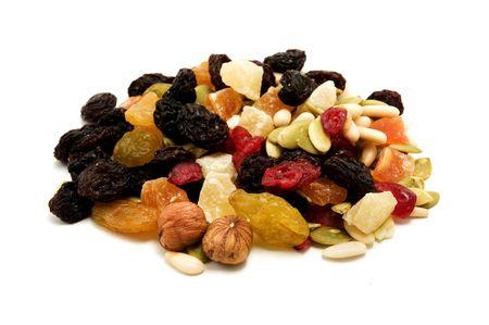 frutas deshidratadas: Frutos secos mixtos sobre un fondo blanco  Foto de archivo