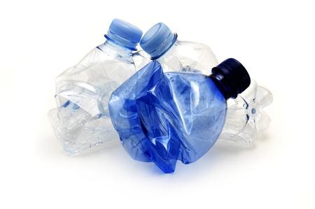 pet bottles: Botellas de pl�stico listos para reciclaje sobre un fondo blanco