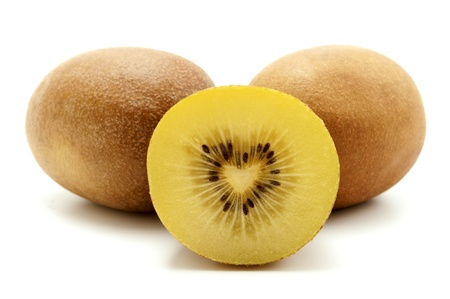 kiwi fruta: Kiwi de oro sobre un fondo blanco