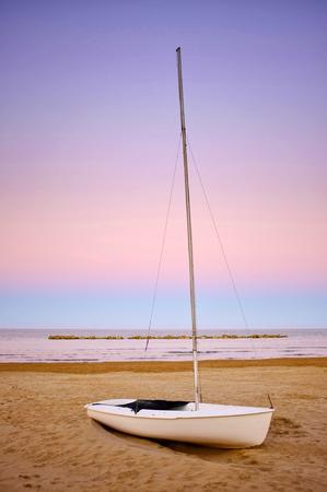 Voilier, sur, rivage, pendant, coucher soleil