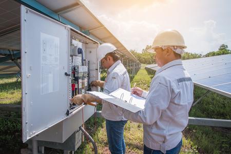 Un ingegnere che lavora alla scrivania e attrezzature di manutenzione in impianto di energia solare