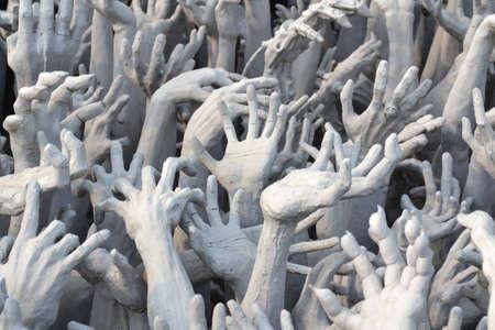 infierno: Estatua de la mano en el Wat Rong Khun, de Chiang Rai, Tailandia
