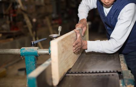 planos electricos: Carpinter�a. Carpintero que trabaja en su taller Foto de archivo