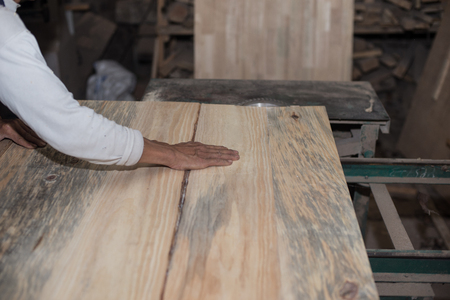 planos electricos: Carpentry. Carpenter working in his workshop