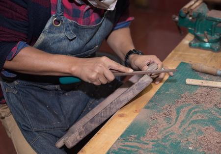 planos electricos: Carpintero que trabaja en su taller