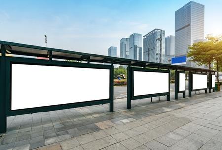 Panneau d'affichage d'arrêt de bus sur scène, Shenzhen, Chine