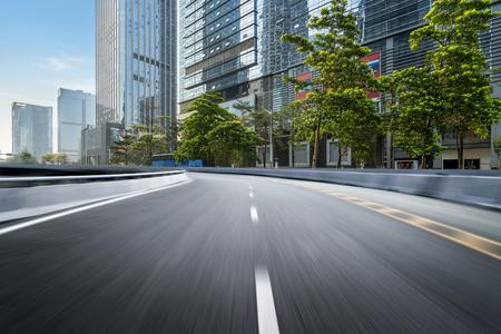 lege snelweg met stadsgezicht en skyline van shenzhen, china.
