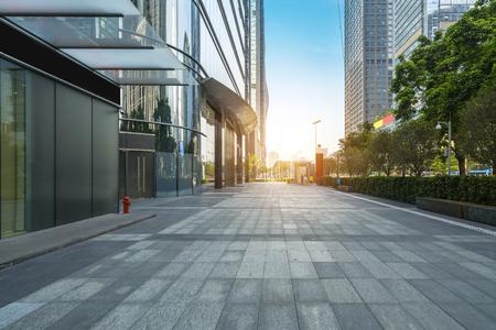Panoramische skyline en gebouwen met lege betonnen vierkante vloer in Shenzhen, China, Redactioneel