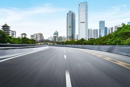 Die Schnellstraße und die moderne Skyline der Stadt befinden sich in Chengdu, China.