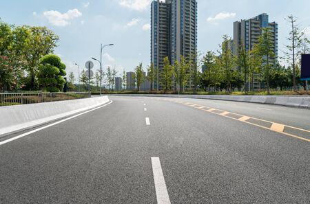 Die Schnellstraße und die moderne Skyline der Stadt befinden sich in Chongqing, China. Standard-Bild