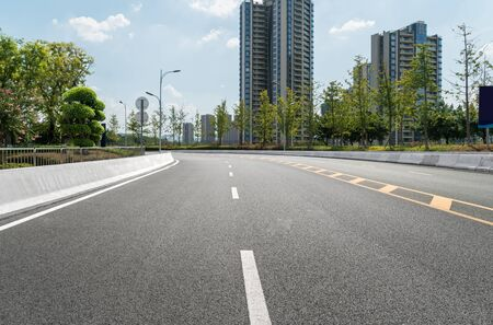 L'autoroute et les toits de la ville moderne se trouvent à Chongqing, en Chine. Banque d'images