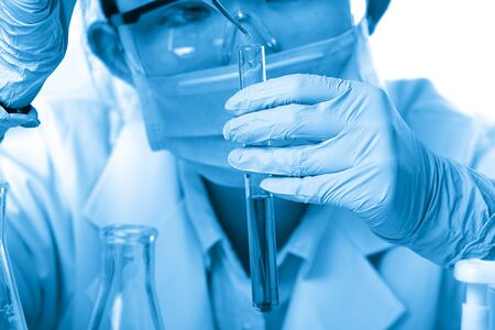 Laboratory beaker in analysts hand in plastic glove Zdjęcie Seryjne