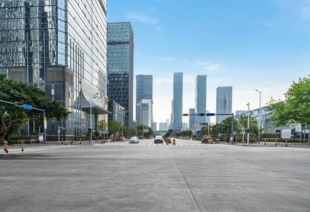 Carretera vacía con paisaje urbano y horizonte de Shenzhen, China. Editorial
