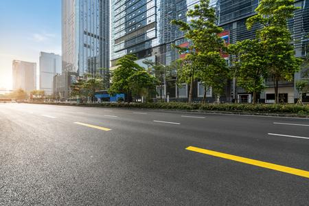 Carretera vacía con paisaje urbano y horizonte de Shenzhen, China.