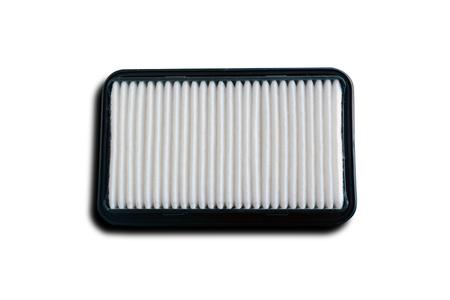 Le filtre à air du moteur isolé sur fond blanc