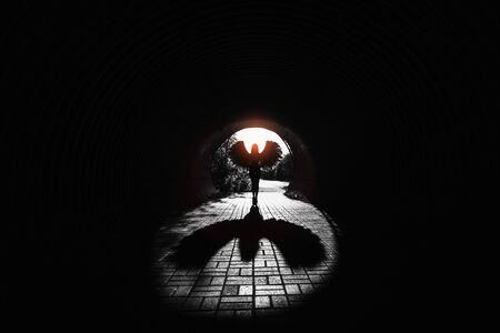 Ángel en el túnel con sombra y resaltado rojo. Foto de archivo