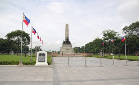 Rizal Park monument, Manila, Philippines A monument of Philippine hero Dr Jose Rizal flanked by Philippine flags at the Rizal Park in Manila. Banco de Imagens