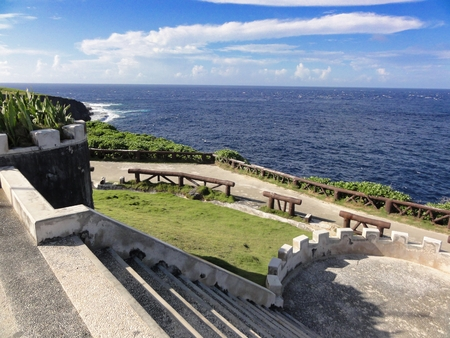 Stairs leading to the fenced area overlooking the deep drop of the historic Banzai Cliffs where thousands of Japanese jumped to death during the World War 11. Banque d'images - 117561498