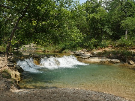 Wide shot of Garfield Falls at the Chickasaw National Recreation Area in Sulphur, One of the most popular summer destinations in Sulphur, Oklahoma 免版税图像