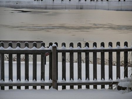 Snow covering a wooden fence creates an artistic pattern 版權商用圖片