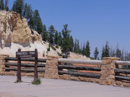Concrete sign at Ponderosa Point, one of the lookout points at Bryce Canyon National Park. 免版税图像