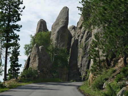 Approaching the Needle's Eye tunnel entrance, an opening created by the elements of nature at Needles Highway in South Dakota. 版權商用圖片