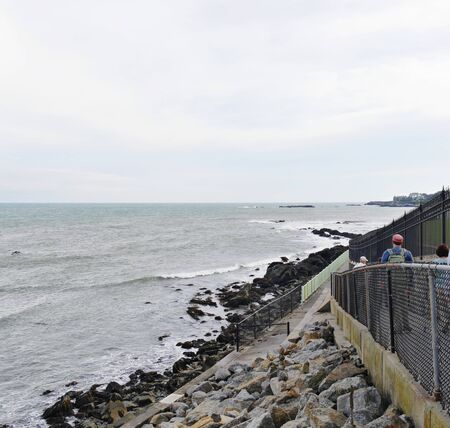 Newport, Rhode Island-September 2017: The Newport Cliff Walk, one of the top attractions along Easton Bay, 스톡 콘텐츠