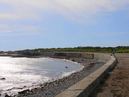 Newport, Rhode Island-September 2017: Coastal view along Ocean Drive with a seawall. 스톡 콘텐츠