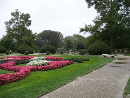 Newport, Rhode Island-September 2017: Colorful flowers and landscaped gardens at one side of the Breakers Mansion, the grandest mansion in Newport. 스톡 콘텐츠