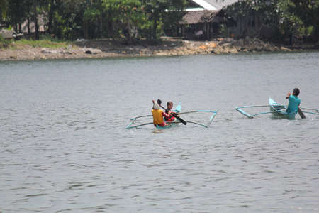 Surigao del Sur, Philippines- August 2014: Locals in Cantilan ride boats to transfer from one island to another. 新闻类图片