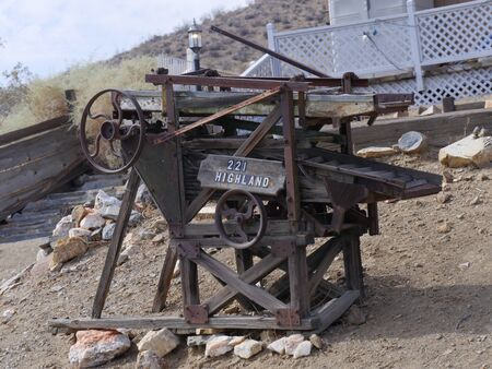 Antique rusty mill on display in Randsburg, one of the gold mining towns in California. Banco de Imagens