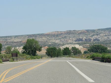 Wide paved road with Wyoming landscape in the background. Stockfoto