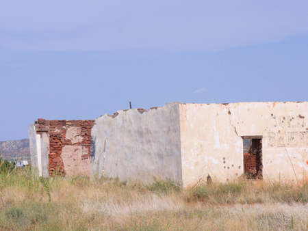 Ruins and remaining walls of a structure of the ghost town in Montoya, New Mexico. Banco de Imagens