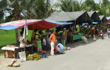 DAVAO ORIENTAL, PHILIPPINES—Famers and growers sell their produce from their makeshift tents at the street market in Banaybanay, Davao Oriental in March 2016. 報道画像