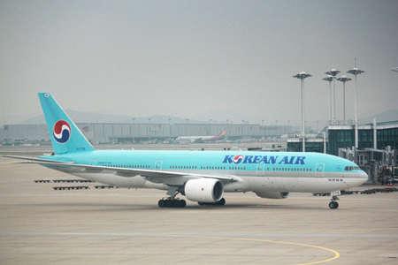 INCHEON, SOUTH KOREA—AUGUST 2014: A Korean Air airplane arrives at the Incheon International Airport, the biggest airport in South Korea. 報道画像