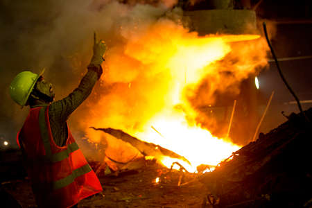 Bangladesh – May 19, 2015: From metal scrap to iron rod making steel factory machine operator at Demra, Dhaka, Bangladesh. Éditoriale