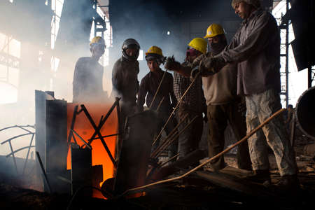 Bangladesh – May 19, 2015: Blast furnace in the melt steel works, risky workers in steel factories are working at Demra, Dhaka, Bangladesh Éditoriale
