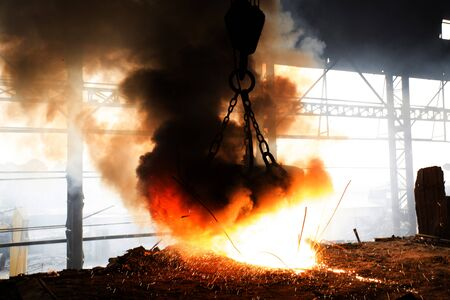 Scrap steel melts down in an induction furnace at Demra, Dhaka, Bangladesh. Banque d'images