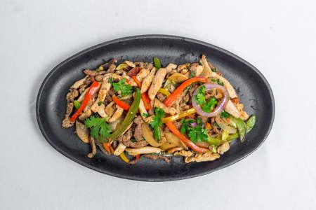 Chicken mushroom and capsicum stir fry recipe served on a sizzling plate. Chicken Fajita Recipe, Asian recipes. Standard-Bild