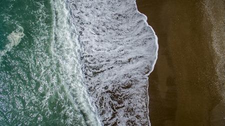 白い砂浜で空中写真の波が壊れます。美しいビーチ空中ビュードローンの海の波 写真素材 - 99343973