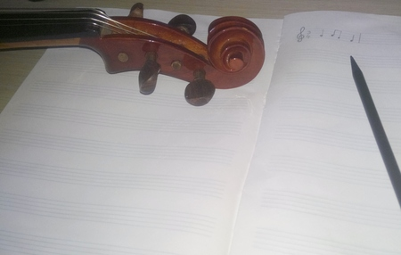 Music notes, violin and pencil Stockfoto