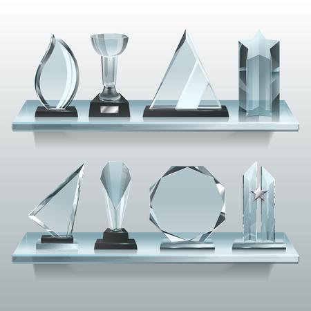 Colecciones de trofeos transparentes, premios y copas ganadoras en estantes de vidrio. Foto de archivo
