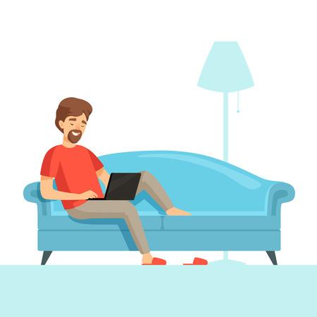 Freelancer en sofá. Chico de trabajo de sonrisa feliz en una cama cómoda con imagen de dibujos animados de vector de portátil. Ilustración de freelancer con computadora. Ilustración de vector