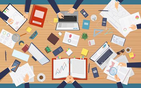 Widok z góry spotkania. Specjaliści biznesmenów siedzi przy stole, co papierkowa robota, analizując dokumenty na komputerach laptop pisanie porządku obrad. Stół z laptopem i biznesem do ilustracji analizy pracy