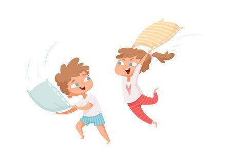 Batalla de almohadas. Los niños felices se divierten. Tiempo libre, niños jugando juntos. Niña y niño en pijamas personajes vectoriales. Fiesta de almohadas y pijamas, dibujos animados jugando pijamas luchando ilustración Ilustración de vector