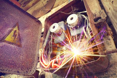 錆びた電力供給ボックス。産業背景。過負荷の電気回路がヒューズを壊す原因となります。電気配線に起因する電気的短絡または電気障害